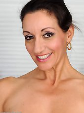 Milf loves stretching her vag in naugty manners
