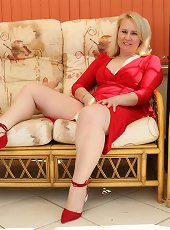 Hot mature pics of black queen in white lingerie